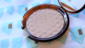 The Body Shop Honey Bronzer in 01